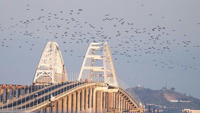 На Крымском мосту столкнулись грузовик и легковушка: пострадали два человека