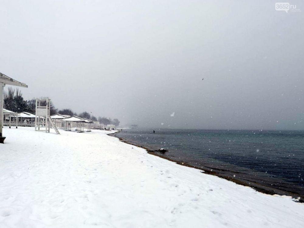 В Крым вернулась настоящая зима: как выглядит заснеженный пляж полуострова,