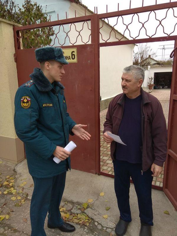 Специалисты МЧС проводят работу по профилактике пожаров в Евпатории
