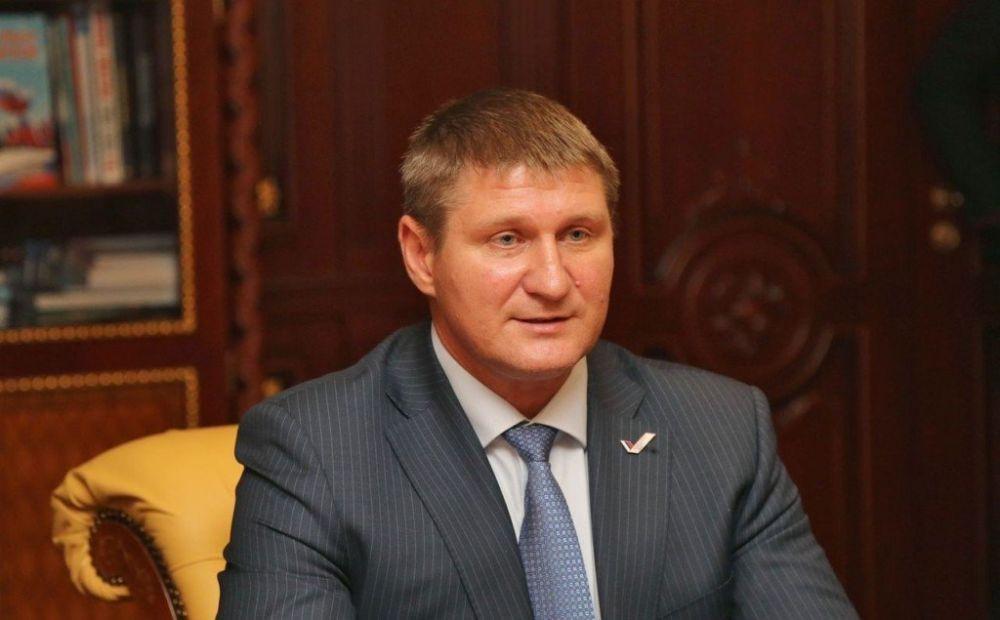 В Крыму инвалид плюнул в депутата Госдумы и попал в больницу, , ВИДЕО