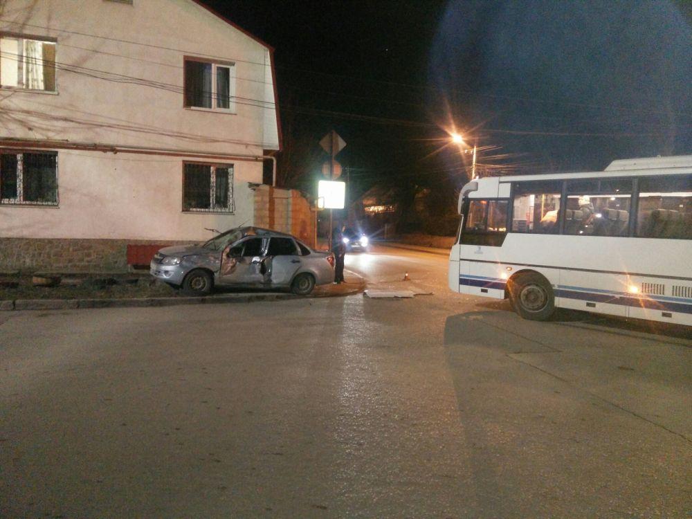 В Симферополе автобус столкнулся с легковушкой: пострадал водитель,