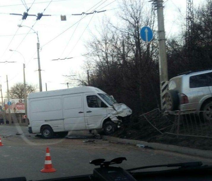 """ДТП под Симферополем: внедорожник завалил забор и """"взлетел"""" после столкновения с микроавтобусом"""