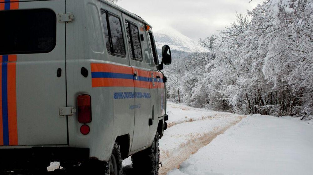 Спасатели вытащили автомобиль с пассажирами из снега на Чатыр-Даге