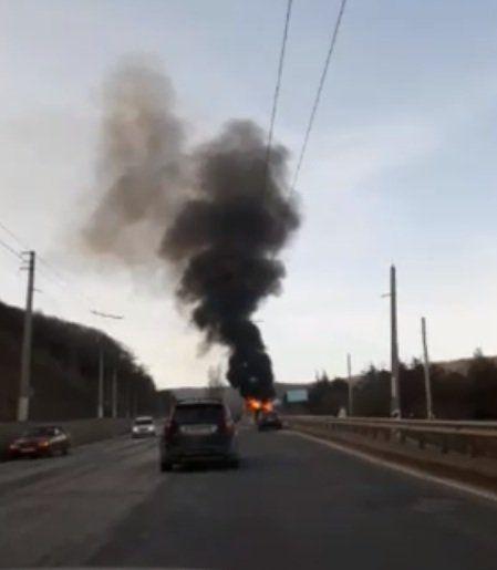 На трассе Симферополь-Ялта дотла сгорел автомобиль