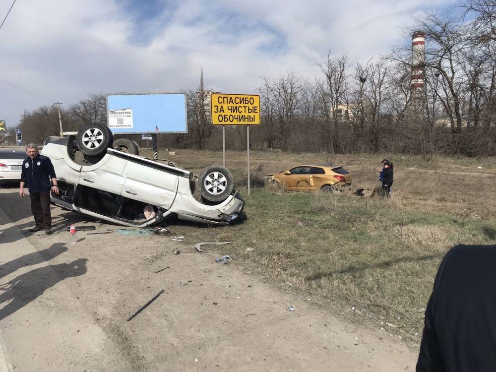 ДТП в Симферополе: одна иномарка перевернулась на крышу, вторая слетела с дороги