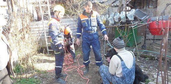 Сотрудники МЧС спасли в Бахчисарае упавшего в десятиметровый колодец пса