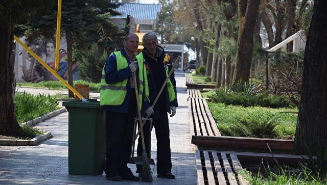 Борьба с мусором: в Евпатории к курортному сезону станет больше дворников