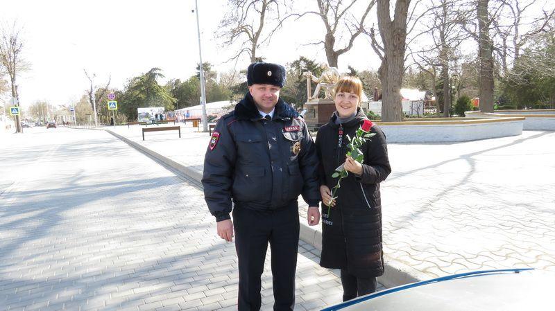В Евпатории нспекторы ГИБДД поздравили автоледи с Международным женским днем