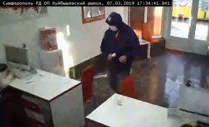 В Симферополе мужчина совершил разбойное нападение на отделение микрозаймов