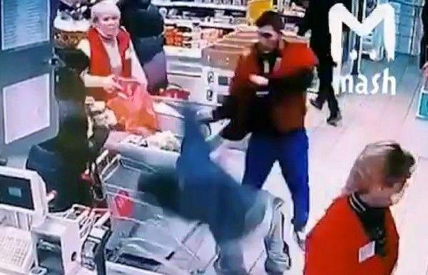 Сотрудник супермаркета отправил в нокаут покупателя
