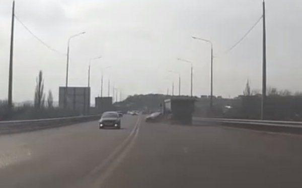 На объездной Симферополя столкнулись грузовик и две легковушки