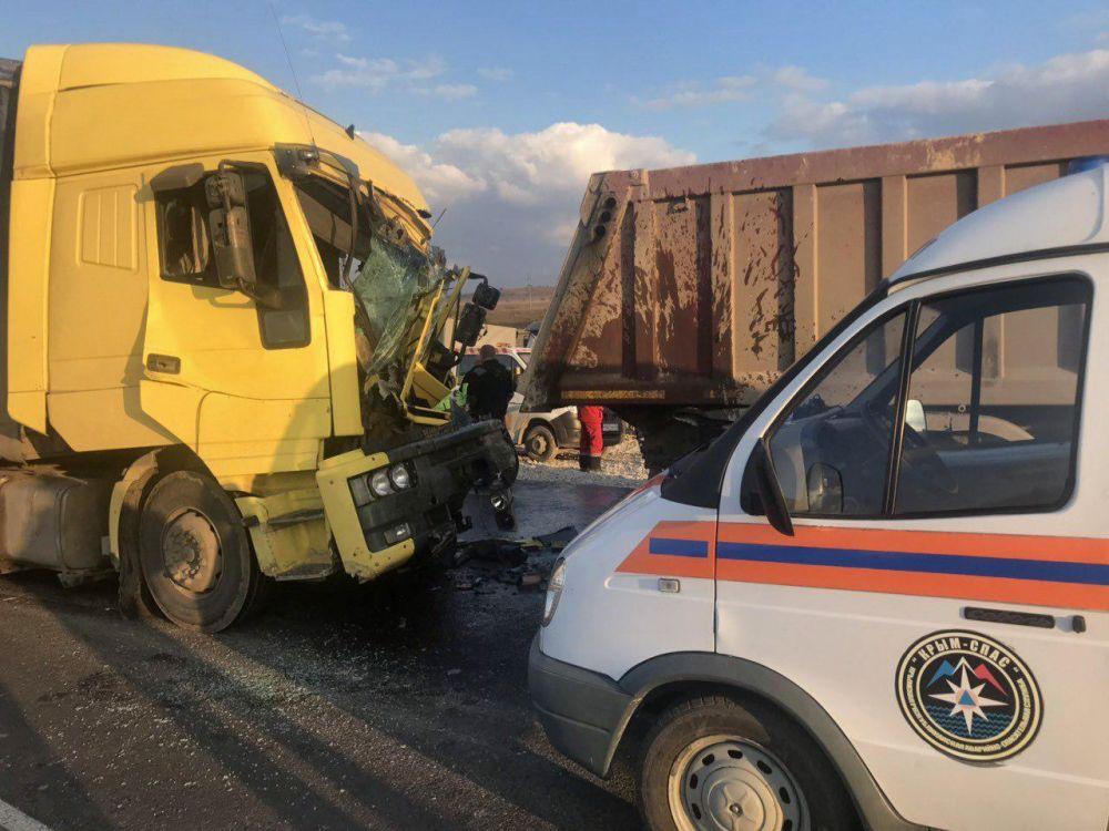 Спасатели вытащили заблокированного в автомобиле пострадавшего при ДТП на «Тавриде»
