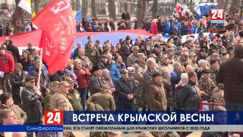 Снова у Госсовета: в пятую годовщину Крымской весны в Симферополе вышли на праздничный митинг ополченцы, казаки и горожане