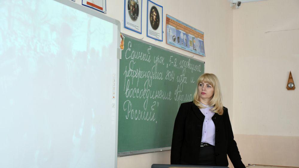 Оксана Лахина приняла участие в Едином уроке для старшеклассников пятой симферопольской школы, посвященном пятилетию Крымской весны