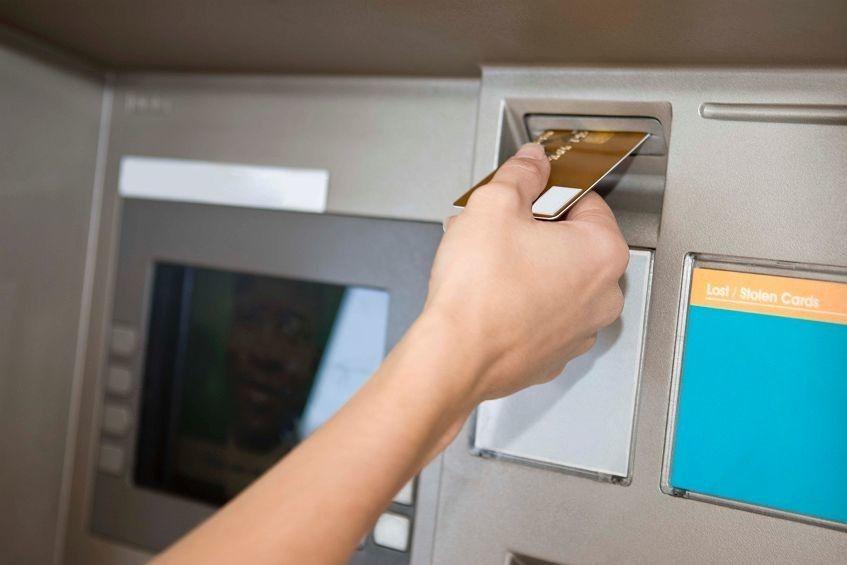 В Евпатории сотрудники полиции задержали подозреваемую в краже денег с карточки своей знакомой