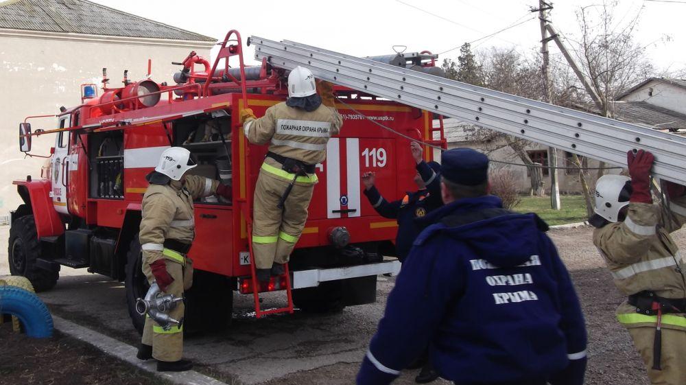 Сотрудники ГКУ РК «Пожарная охрана Республики Крым» ликвидировали условный пожар в учебном учреждении Черноморского района