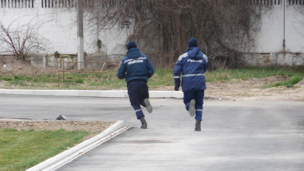 Сотрудники «КРЫМ-СПАС» проводят тренировочное занятия по физической подготовке