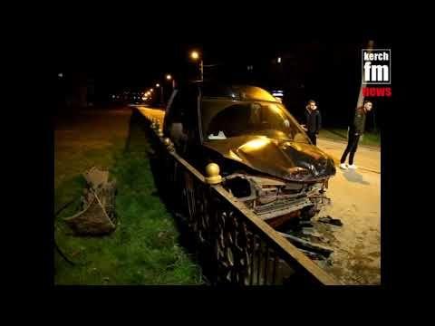 Ночью в Керчи минивен столкнулся с легковушкой