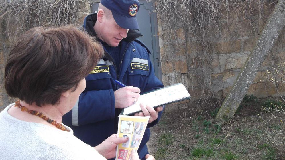 Сотрудники МЧС Республики Крым продолжают проводить профилактическую работу по недопущению сжигания сухой растительности и предотвращению возгораний в лесах