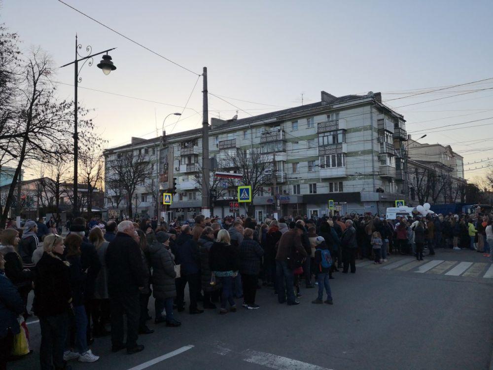 Симферопольцы выстроились в огромные очереди, чтобы увидеть Путина и Тимати