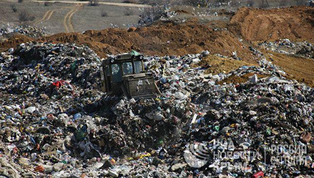 """Жизнь в """"мусорном ведре"""": свалка отходов наступает на село в Крыму"""