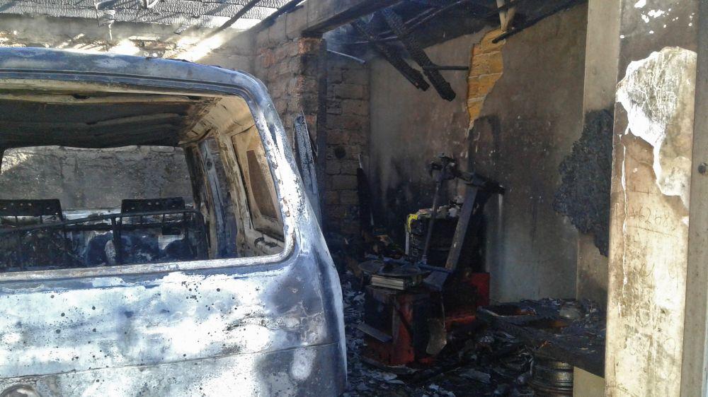 В Феодосии в результате пожара сгорел автомобиль и крыша гаража
