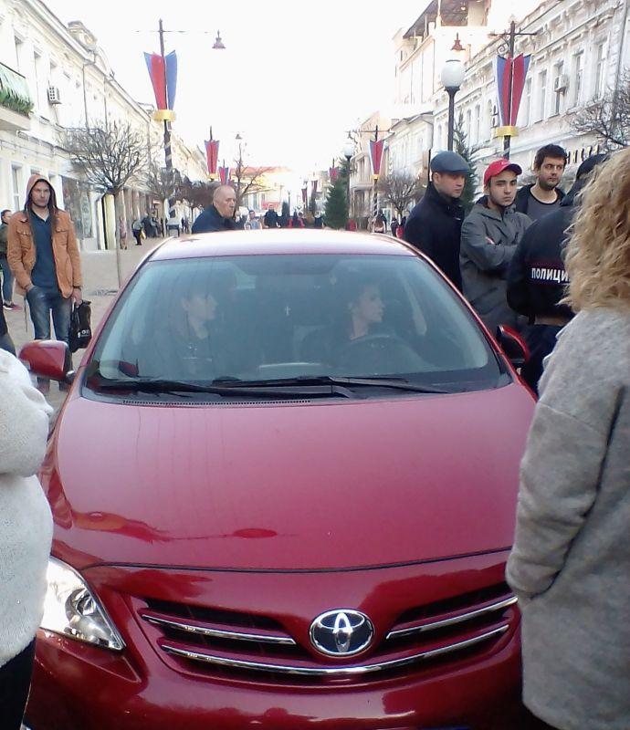 В центре Симферополя пешеходы задержали женщину-водителя, которая переехала кошку музыканта