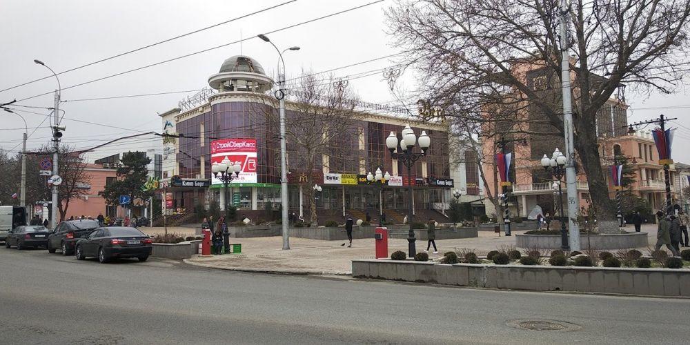 Власти возвращают шлагбаум, общественники ищут музыканта: что уже известно об инциденте с убитой в центре Симферополя кошкой