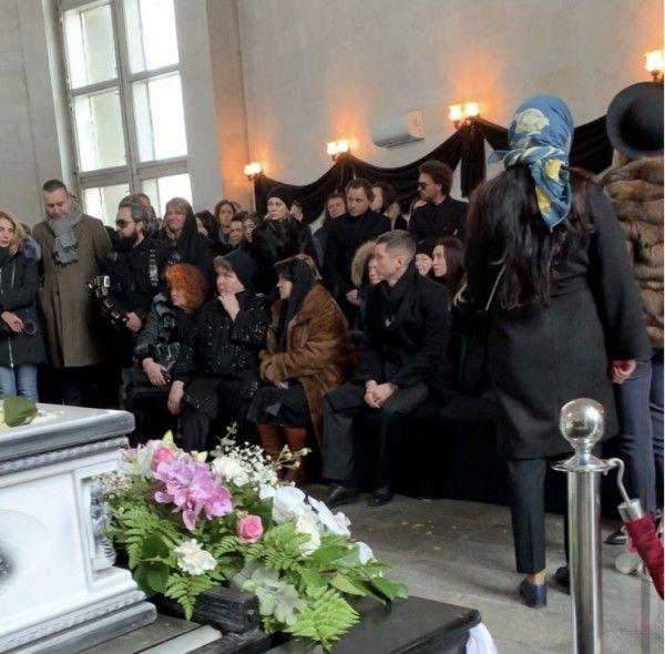 На похоронах Юлии Началовой женщина упала в обморок