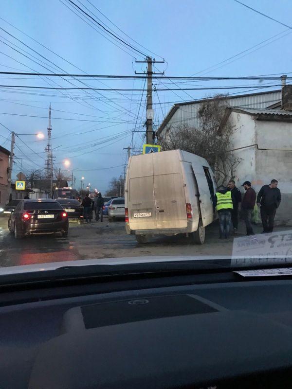 ДТП в Симферополе: грузовой микроавтобус вылетел на тротуар