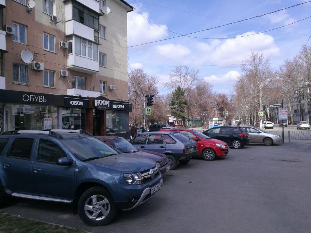 "В центре Симферополя автолюбитель ""захватил"" место на тротуаре"