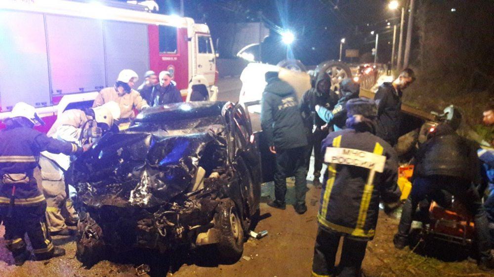 """Страшная авария на въезде в Симферополь: от удара иномарка перевернулась на крышу, а ВАЗ """"всмятку"""""""