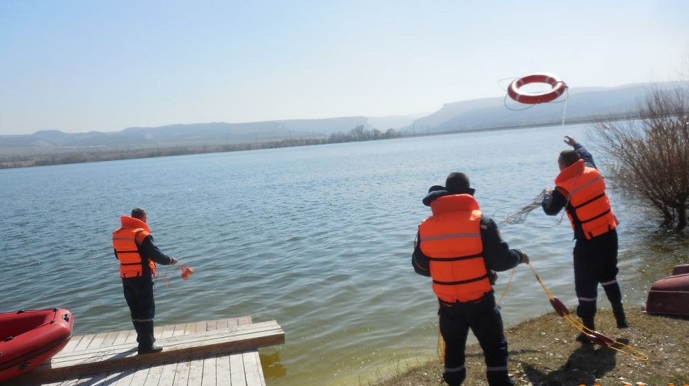 В преддверии летнего курортного сотрудники «КРЫМ-СПАС» продолжают проводить тренировочные занятия по спасению пострадавших на воде