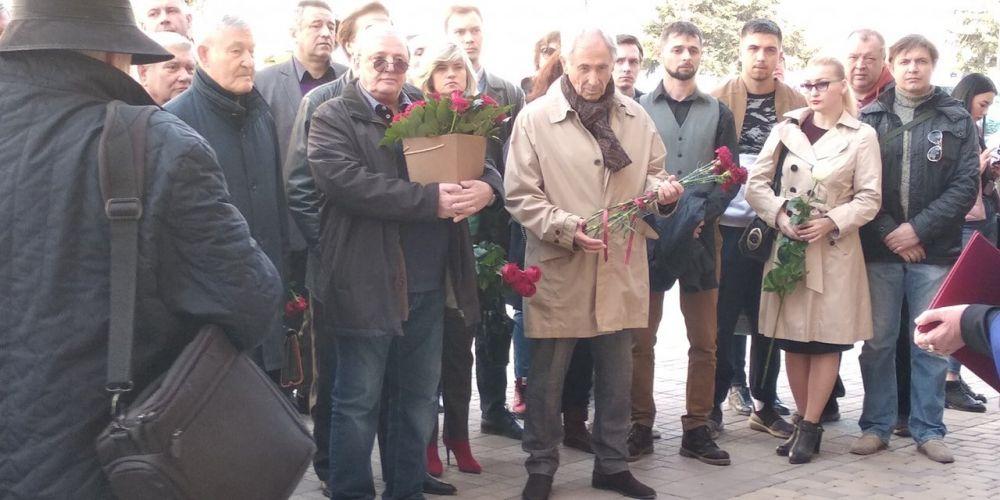 В центре Симферополя открыли мемориальную доску бывшему директору Русского театра