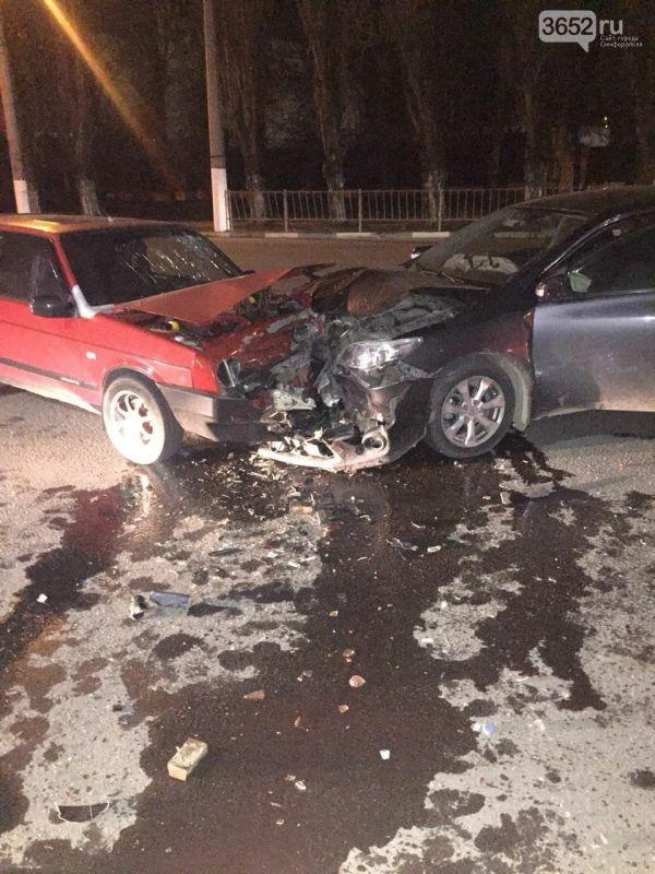 Ночью в Симферополе столкнулись две легковушки и одна перевернулась: погиб водитель