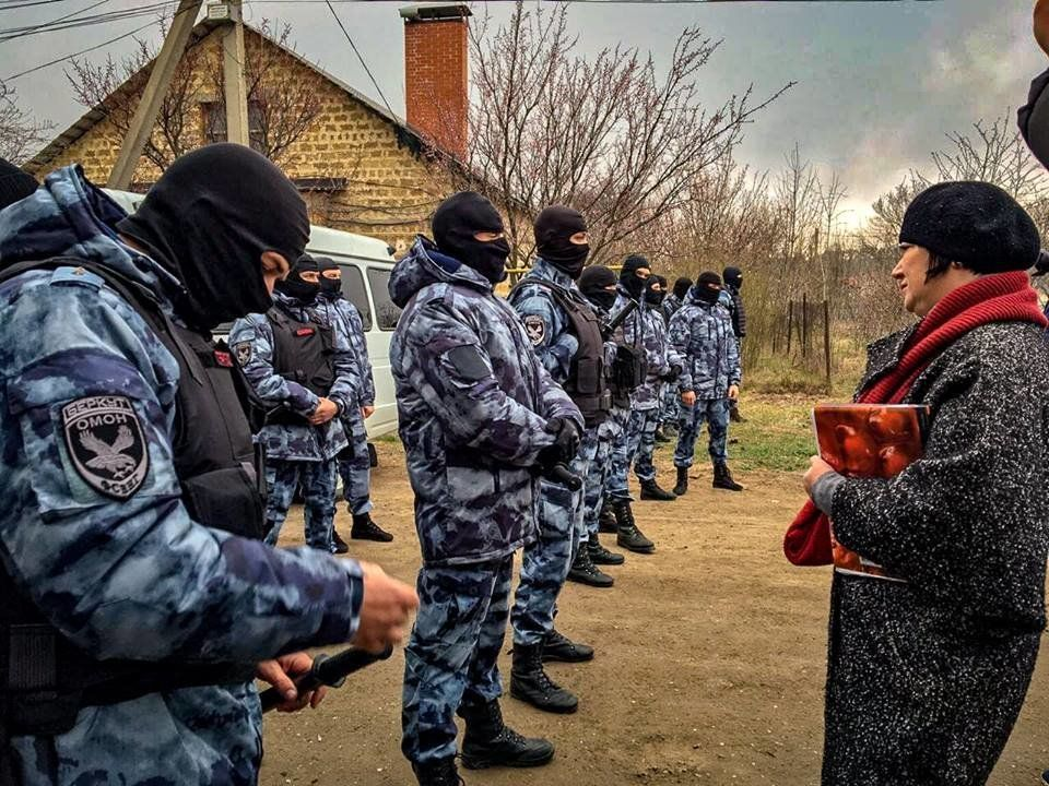 """После обысков суд Симферополя арестовал 23 крымчан и наказал их """"поддержку"""""""