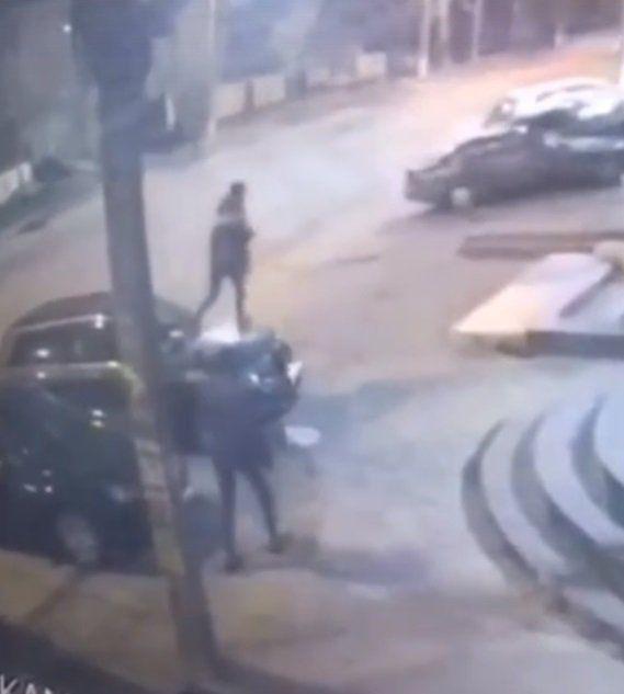 В Симферополе мужчина потоптался по капотам чужих машин