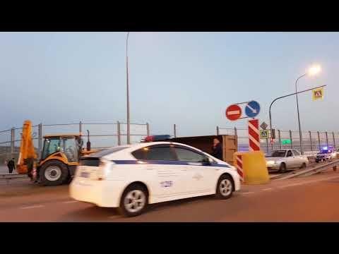На эстакаде в Керчи иномарка пробила шумозащитный экран