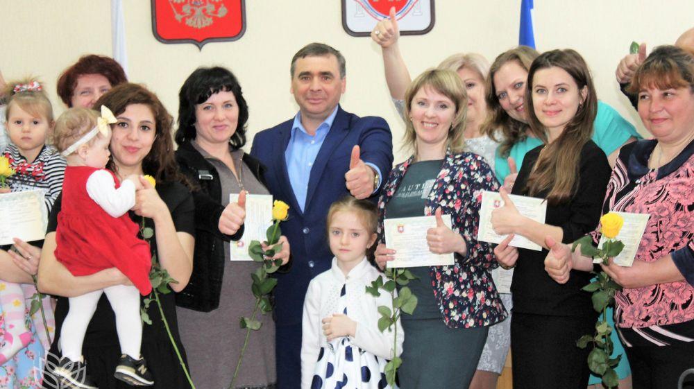 Андрей Рюмшин в ходе торжественной церемонии вручил шестнадцати сельчанам сертификаты на приобретение и строительство жилья