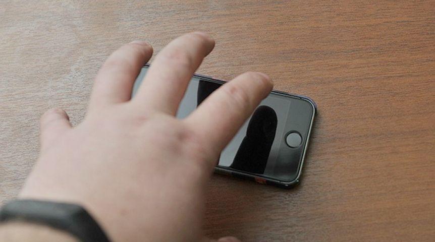 В Евпатории полицейские вернули девушке похищенный мобильный телефон