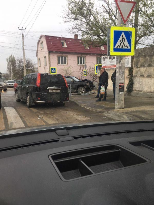 Внедорожник снес забор и залетел на тротуар в Симферополе