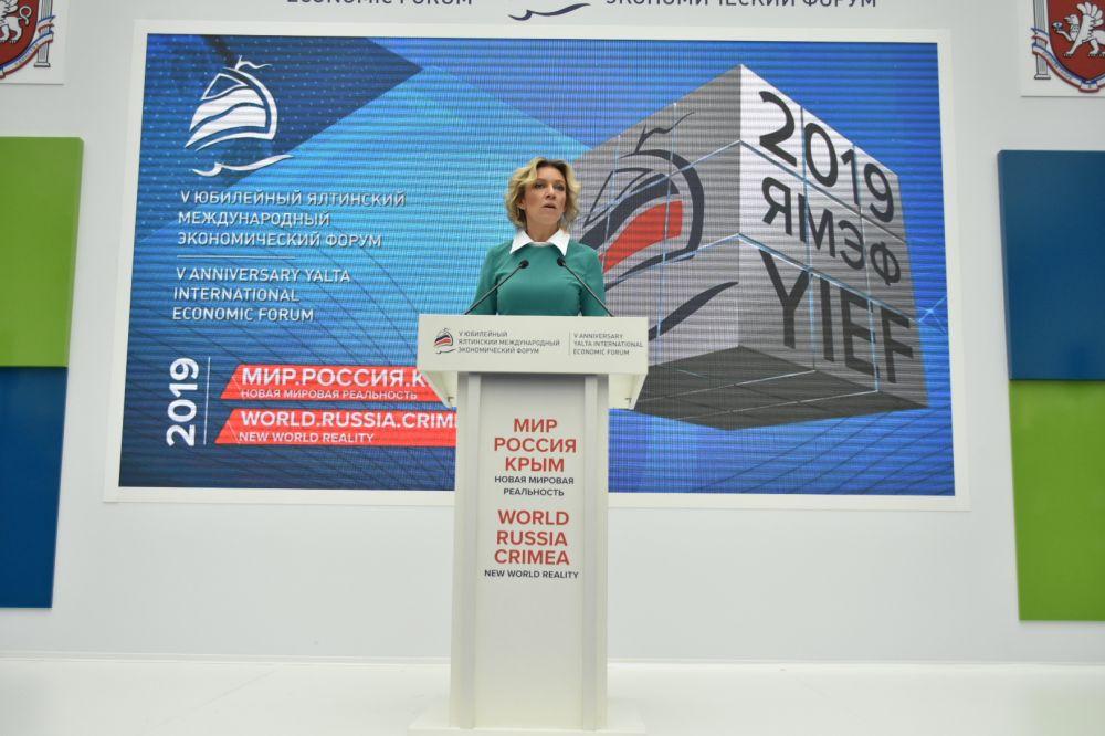 Захарова пригласила критикующих Крым на полуостров