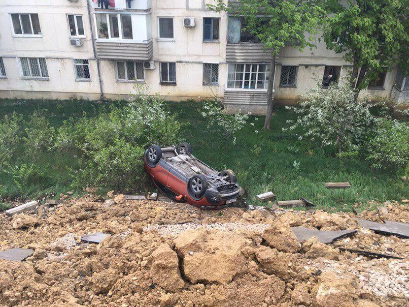 МЧС Севастополя: Три автомобиля упали в обрыв при обрушении грунта на парковке