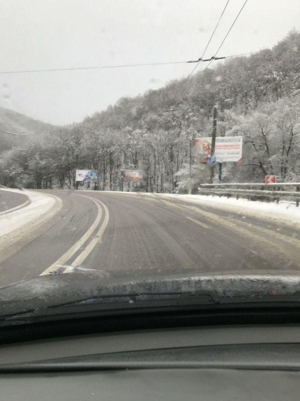 В Крым неожиданно вернулась зима: на перевале выпал снег