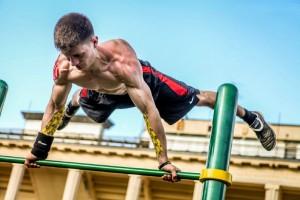Как сэкономить на абонементе в спортзал: эффективные упражнения для спортплощадки