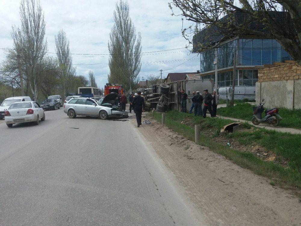 Легковушка перевернула грузовик в Саках: водителю стало плохо