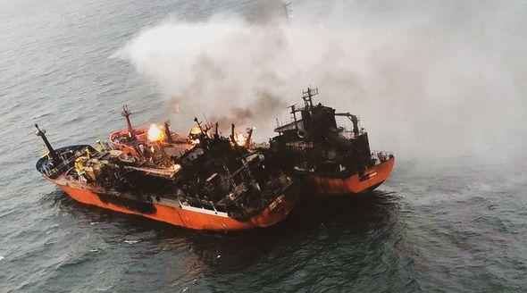 Один из сгоревших в Черном море танкеров начали буксировать в Турцию