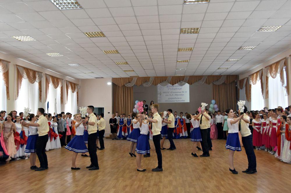 Симферопольские выпускники закружились в вальсе