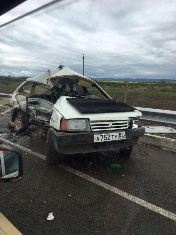 Помятый ВАЗ и иномарка в кювете: на крымской трассе столкнулись три легковушки