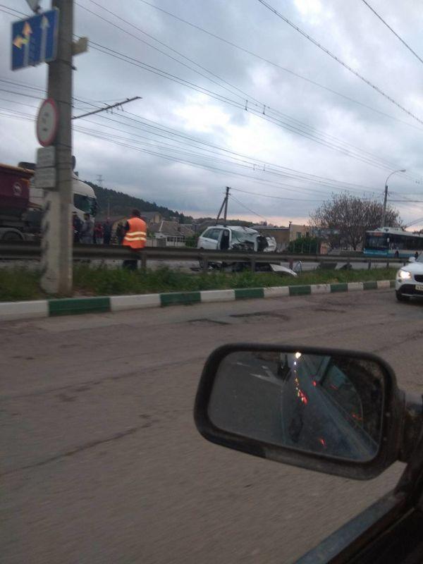 Фура и легковушка столкнулись на трассе Симферополь-Ялта: пострадали двое взрослых и ребенок